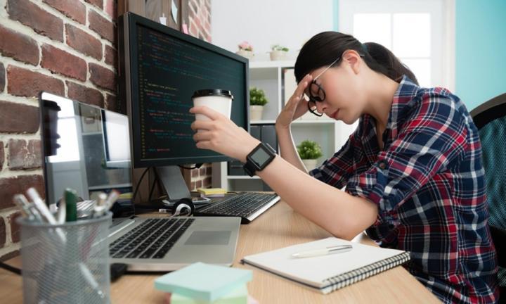 Lama Menatap Komputer Bikin Sakit Kepala, Ini Lima Tips Atasinya